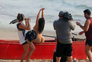 Kim y sus nalgas acaparan la atención del equipo en una sesión fotográfica en Tailandia